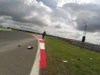 Motocyklista podczas wyścigu zostaje znokautowany przez fragment osłony silnika
