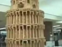 OMG! Reporter debil burzy replikę wieży w Pizie na oczach twórcy...
