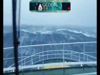 Statek kontra ponad 30m fala