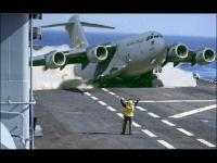 Jak wygląda uzupełnianie zapasów lotniskowca na morzu