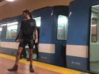 Niewiarygodnie silny facet zatrzymuje pociąg