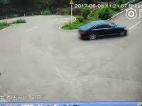 Kierowca czarnego samochodu natychmiast ucieka by uniknąć zderzenia