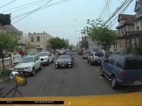 Burak w BMW naskakuje na kierowcę szkolnego autobusu