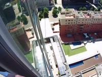 Prawdziwy Spiderman wspina się na Sky Melia Barcelona
