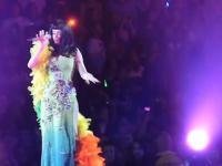 Katy Perry odpływa na scenie podczas koncertu