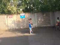 Polskie dzieci w Dublinie śpiewają hymn przed podwórkowym meczem