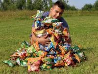 Otworzył 100 paczek chrupek Cheetos. ILE WYGRAŁ?