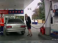 Fail dziewczyny na stacji benzynowej