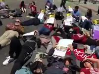 Idioci nielegalnie protestują leżąc na ulicy