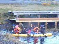 Cztery kobiety wybierają się na wycieczkę kajakiem