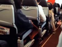 Jak wygląda urwana łopatka turbiny silnika samolotu z widoku pasażera