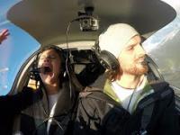 Kobieta odczytywała instrukcję awaryjnego lądowania