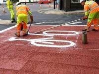 Malowanie roweru na drodze