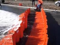 Plastikowe bariery przeciwpowodziowe, które zastępują worki z piachem