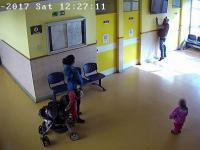 Seba i Karyna kradną telewizor z przychodni lekarskiej