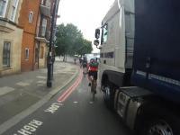 Rowerzysta wpycha się pod tira i ma pretensje do kierowcy...