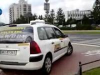 Taksówkarz jedzie chodnikiem w Warszawie