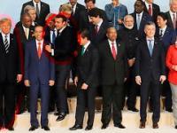 Macron ustawia się do zdjęcia na szczycie G20