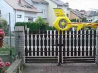 Śmigłowiec LPR ląduje na uliczce domków jednorodzinnych
