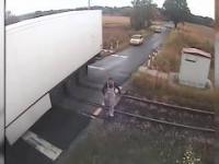 Intercity zmiata naczepę tira na feralnym przejeździe w Czerwionce.