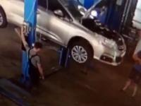 Samochód spada na dwóch mechaników