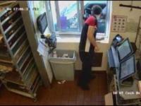 Kobieta próbowała okraść mcdonald strasząc nożem przy oknie