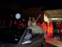 Para młoda efektownie opuszczania wesela