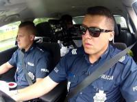 policjanci eskortują rodziców wiozących chore dziecko