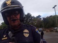 Policjant zachowujący stoicki spokój