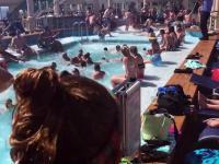 Jak wygląda pływanie w basenie statku wycieczkowego na wzburzonym morzu