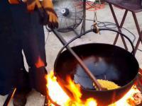 Prażenie kukurydzy na popcorn przez amisza na ognisku