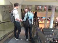 Łapanie nieznajomych dziewczyn za dłonie