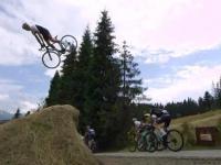 Szymon Godziek robi backflipa nad peletonem Tour de Pologne
