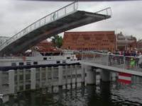 O krok od tragedii: Statek Danuta wpływa pod zamykającą się kładkę na Ołowiankę w Gdańsku