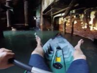 Płyniecie kajakiem wewnątrz wraku statku