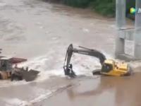 Operator koparki ratuje błyskawicznie pracownika z powodzi przy budowie mostu!