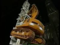 Niesamowita wspinaczka koparki na szczyt wieży