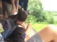 Grupa nastolatków znęca się niewinnym rówieśnikiem w okularach