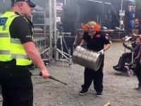 Policjant świetnie się bawi na koncercie swojego ulubionego zespołu...