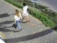 Mężczyzna uderza kobietę w twarz
