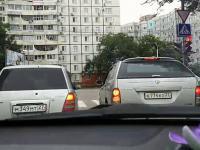 Dwa samochody skręcają na skrzyżowaniu