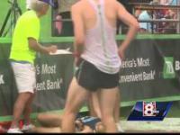 Biegacz upada przed metą z powodu udaru słonecznego, wygrywa bieg z pomocą innego zawodnika