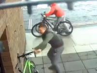 Zostawił rower na 17 sekund - musiał walczyć o niego ze złodziejami