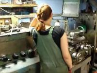 Kobieta w warsztacie wie gdzie jego miejsce