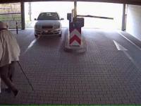 Kobieta kontra bramka parkingowa