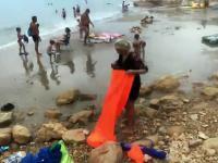 Kobieta usiłuje napełnić plażową pufę