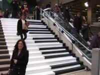 Jednym prostym trikiem uatrakcyjnili schody na dworcu w Paryżu. Zobacz jak!