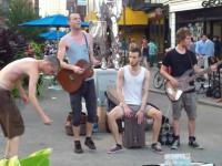 Niebanalny zespół ulicznych muzyków