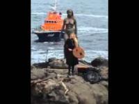 Farerska wokalistka śpiewa piękną nordycką pieśń na brzegu Wysp Owczych