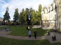 Kobieta usiłuje śmiesznie wypaść na filmie robionym z drona